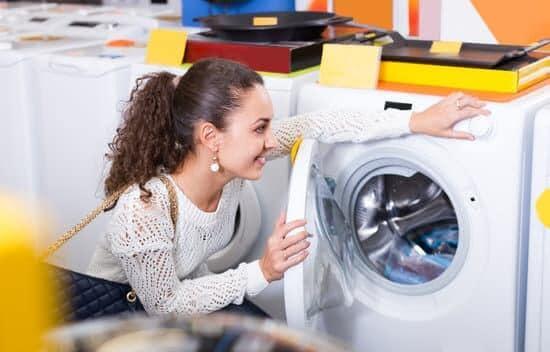 Jakie czynności należy wykonać podczas pierwszego uruchomienia pralki?