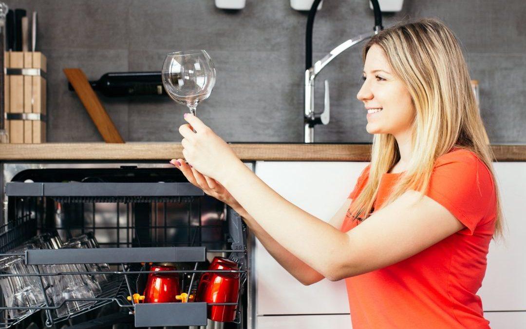 Wybór zmywarki – czy zużycie wody i prądu ma znaczenie?